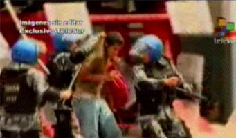 Un joven hondureño es golpeado por los militares golpistas que reprimen las manifestaciones populares en apoyo a Zelaya. (Foto: teleSUR)