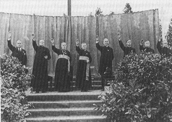 Heil Hitler Sacerdotes haciendo el saludo Nazi en un encuentro de la Juventud Católica en el estadio de Berlin-Neukolln en agosto de 1933-fidelvasquez