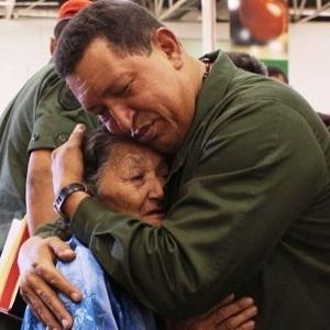 Presidente Hugo Chavez con adulto mayor-Fidel Ernesto Vasquez